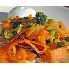Tagliatelles de carottes, oeuf et petits légumes